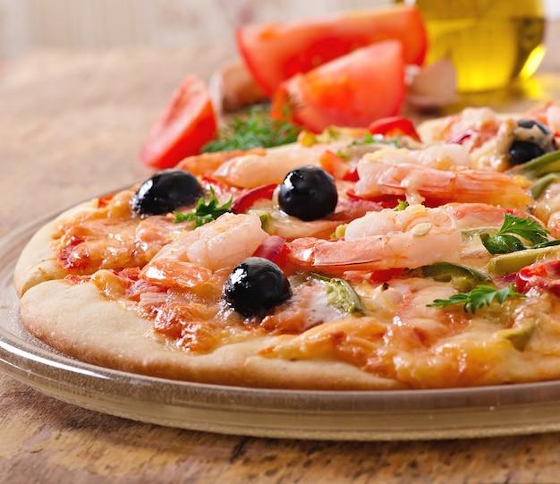 Pizza met garnalen, salmonnd olijven Gratis Foto