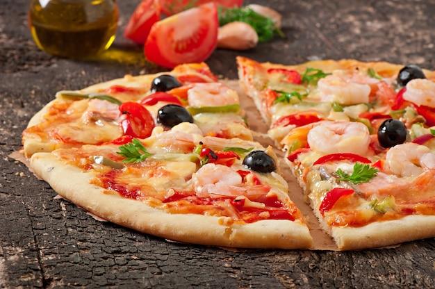 Pizza met garnalen, zalm en olijven Gratis Foto