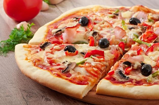 Pizza met ham, champignons en olijven Gratis Foto