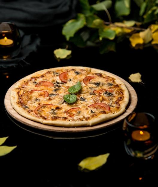 Pizza met tomaten en champignons Gratis Foto