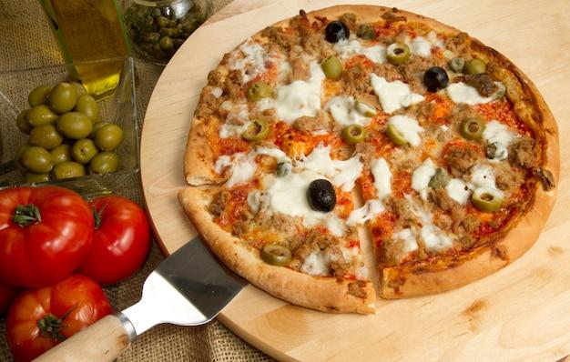 Pizza met tonijn en olijven Premium Foto