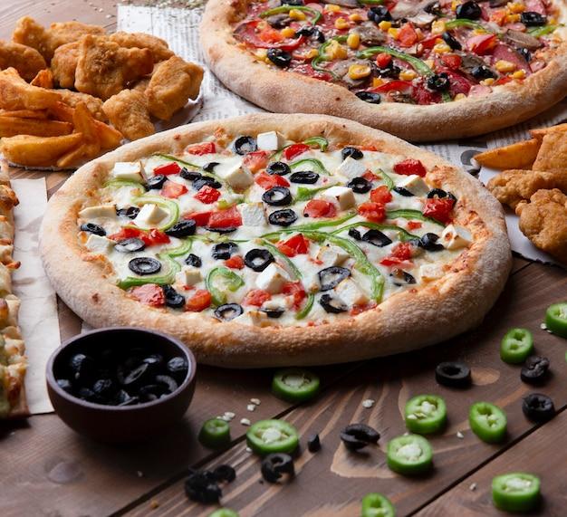 Pizza met zwarte olijven, groene en rode pepers Gratis Foto