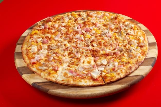 Pizza netjes tong. italiaanse keuken. studio Premium Foto