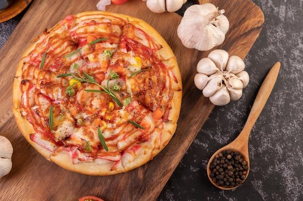 Pizza op een houten plaat wordt geplaatst die. Gratis Foto