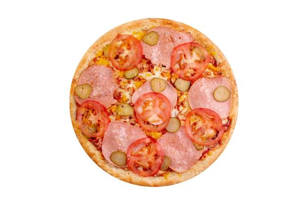 Pizza op witte achtergrond wordt geïsoleerd die. heet fastfood met kaas, tomaten en gezouten komkommers. Premium Foto