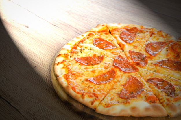 Pizza pepperoni met mozzarella kaas, tomaten, kruiden en verse basilicum. italiaanse pizza op hout Premium Foto