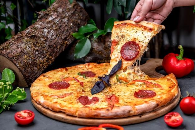 Pizza pepperoni op tafel Gratis Foto