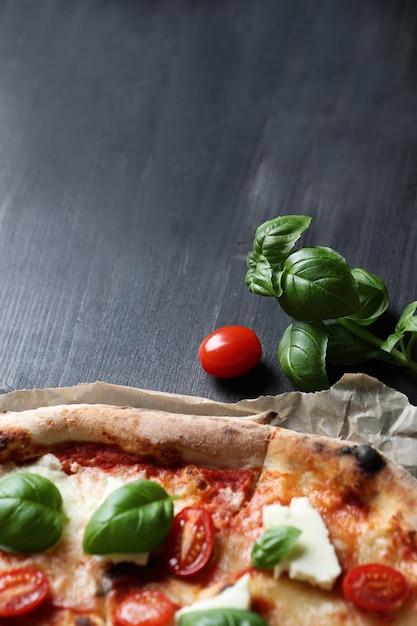 Pizza tijd! lekkere zelfgemaakte traditionele pizza, italiaans recept Gratis Foto