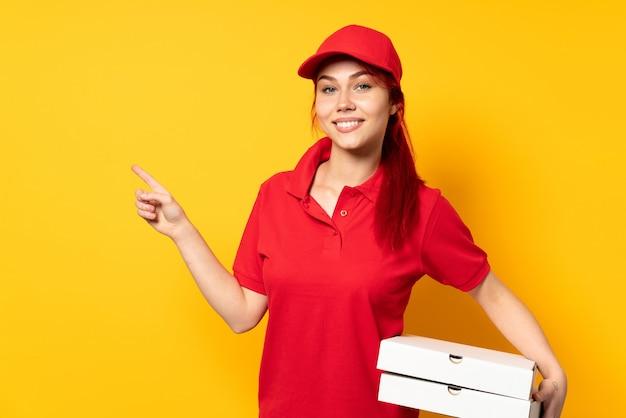Pizzabezorger die een pizza houdt Premium Foto