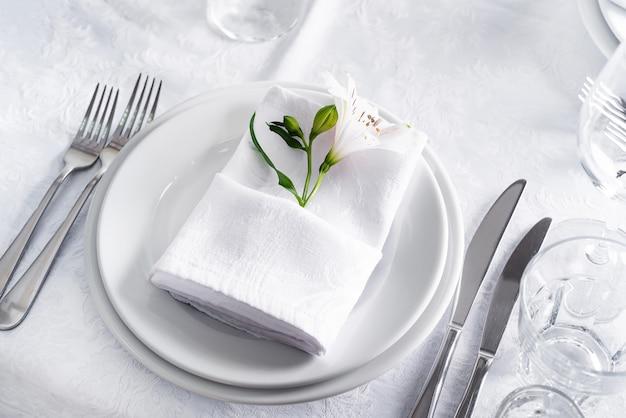 Plaat bij de lijst die met glas op wit plaatst Premium Foto