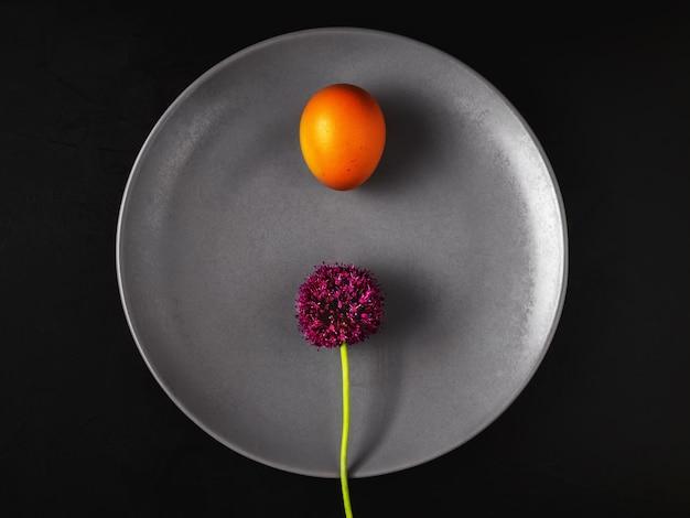 Plaat met gekookt ei en daslookbloem Gratis Foto
