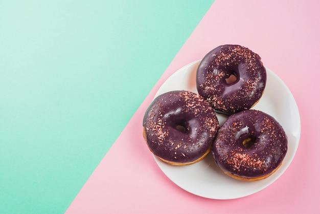 Plaat met heerlijke chocolade donuts met hagelslag Gratis Foto