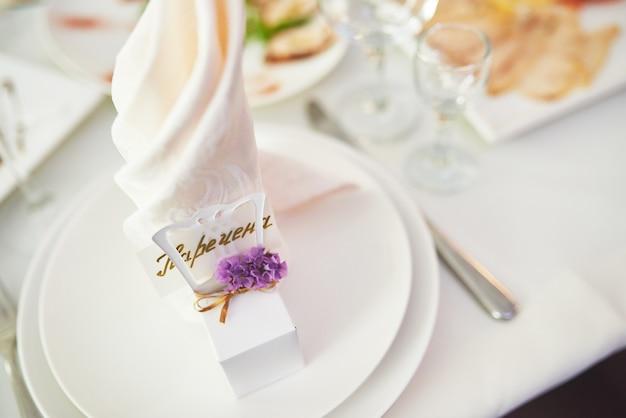 Plaat op bruiloft tafel, bruiloft tafelinstellingen. Gratis Foto