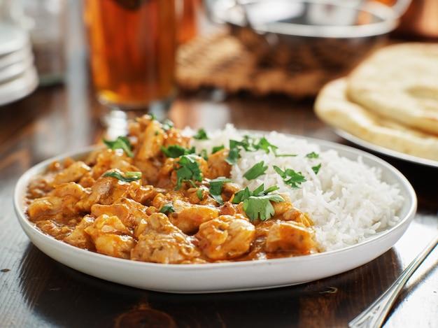 Plaat van indiase curry met basmatirijst en kip Premium Foto