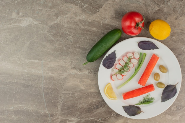 Plaat van krabstokken, tomaat, komkommer en citroen. Gratis Foto