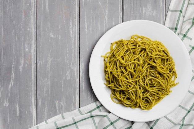 Plaat van pasta met houten achtergrond Gratis Foto