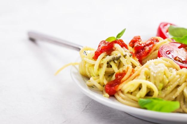 Plaat van spaghetti met tomaten en kaas Gratis Foto