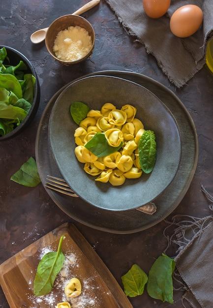 Plaat van tortellini's met ricotta en spinazie. Premium Foto