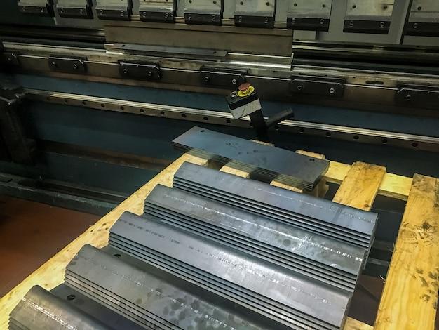 Plaatwerk buigen in de fabriek door mashine te buigen. Premium Foto