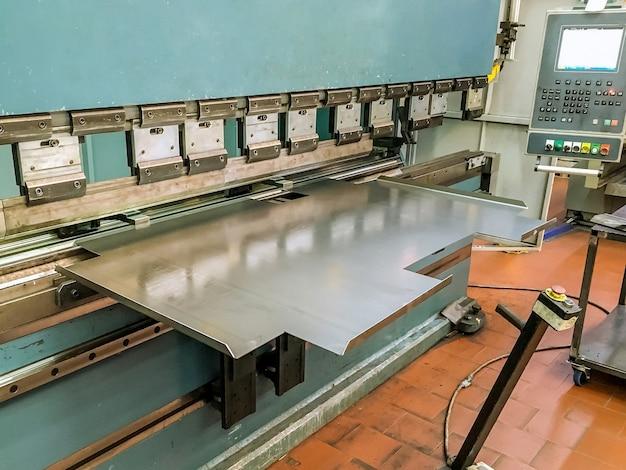 Plaatwerk buigen met een hydraulische buigmachine in de fabriek. Premium Foto