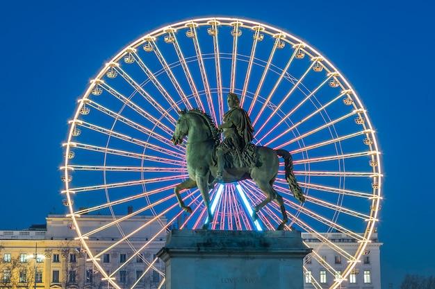 Place bellecour, het beroemde standbeeld van koning lodewijk xiv en het wiel Gratis Foto