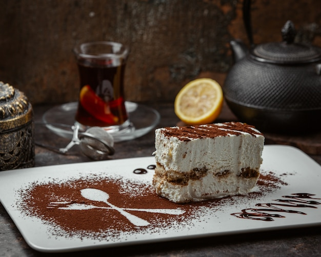 Plakje cake met cacaopoeder Gratis Foto