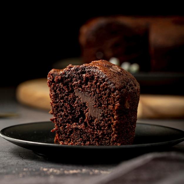 Plakje chocoladecake op een zwarte plaat Gratis Foto