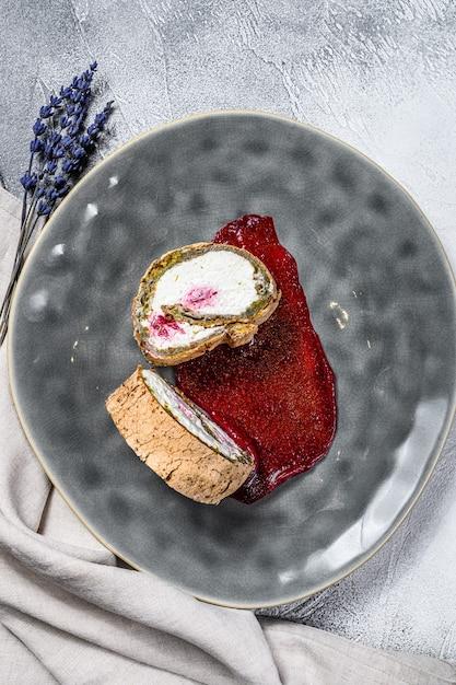 Plakje dessertbroodje met aardbeienjam en room Premium Foto