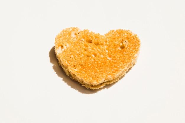 Plakje geroosterd brood met hartvorm Gratis Foto
