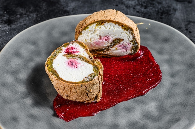 Plakje swiss roll met aardbeienjam en room Premium Foto