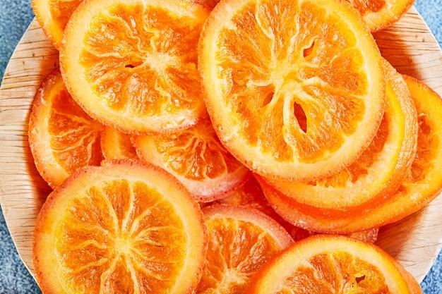 Plakjes gedroogde sinaasappelen of mandarijnen. vegetarisme en gezond eten. Premium Foto