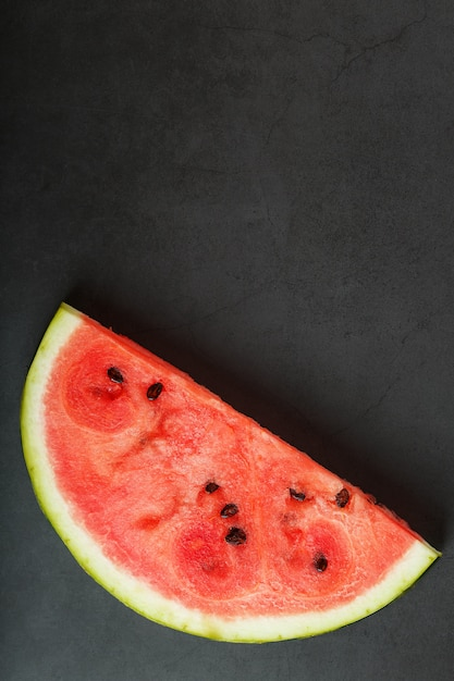 Plakjes rode watermeloen op zwart Premium Foto