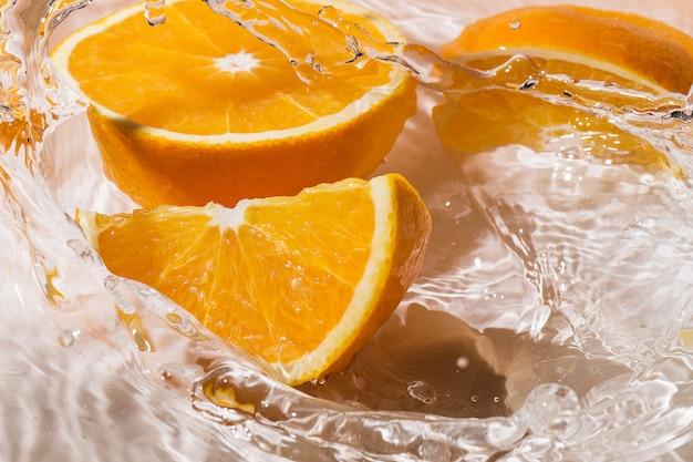 Plakjes sinaasappel in water Gratis Foto
