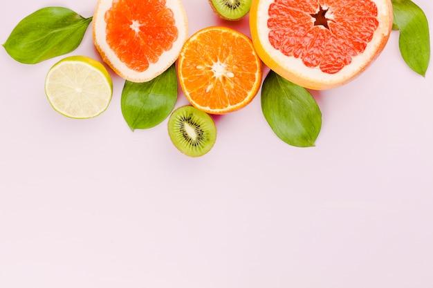 Plakjes vers fruit en groen blad Gratis Foto
