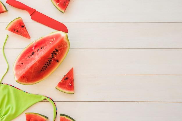 Plakjes vers rood fruit bij het badpak Gratis Foto
