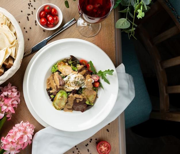 Plakjes vlees in saus met groenten Gratis Foto