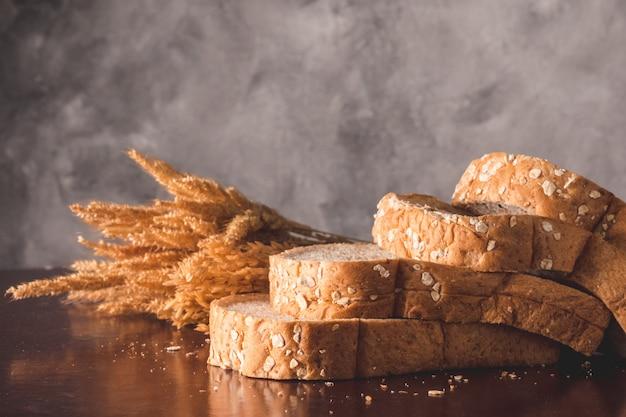 Plakjes volkoren brood op tafel Premium Foto