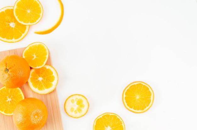 Plakken van sinaasappelen op witte achtergrond Gratis Foto