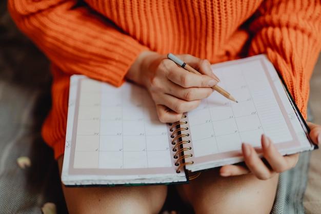 Plannen in een agenda Gratis Foto