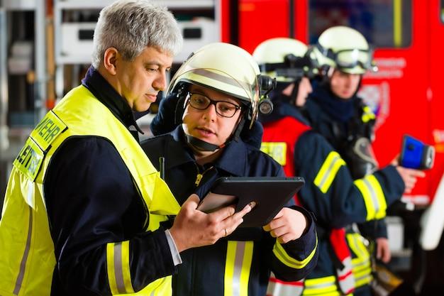 Planning van de inzet van de brandweer op de computer Premium Foto