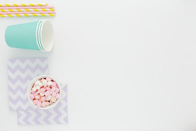 Plastic bekers en rietjes met kopie-ruimte Gratis Foto