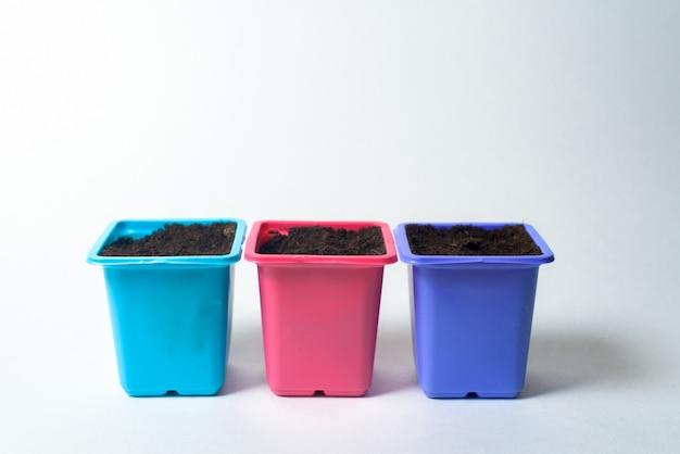 Plastic containers voor het planten van zaden op zaailingen. Premium Foto