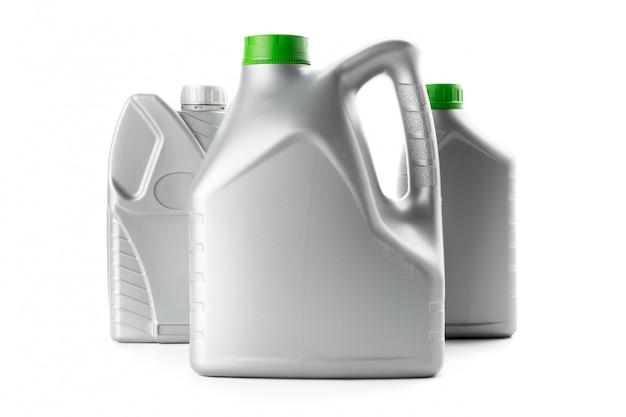 Plastic flessen van automobiele oliën die op wit worden geïsoleerd Premium Foto