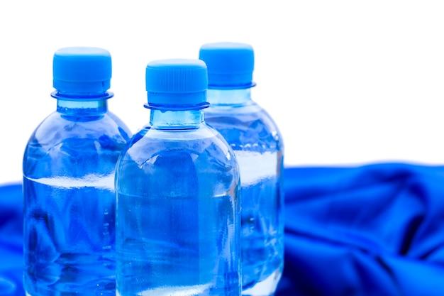 Plastic flessen water staan Premium Foto