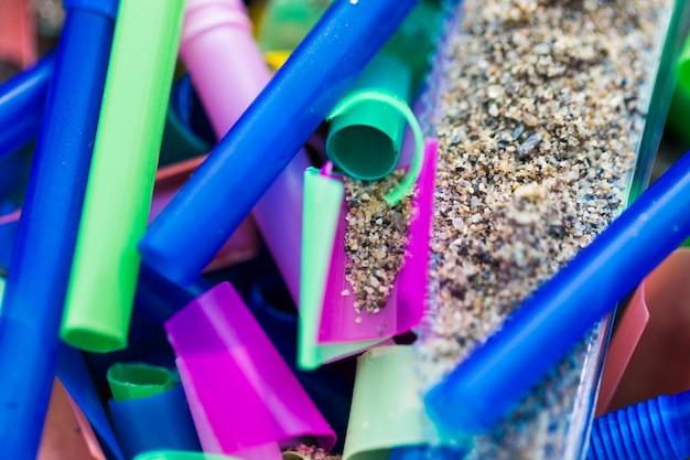 Plastic stukken close-up verzameld uit zand Gratis Foto