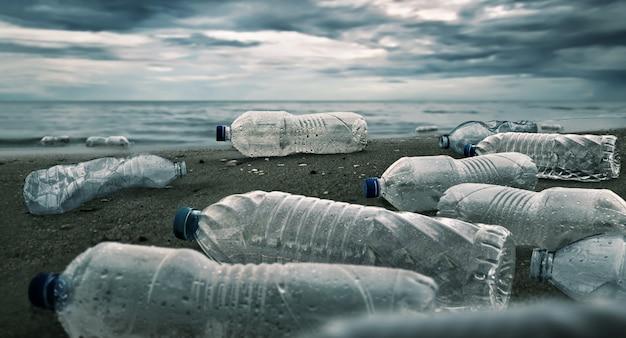 Plastic waterflessenverontreiniging in oceaan Premium Foto