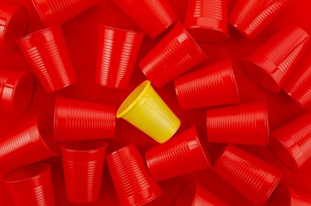 Plastic wegwerpbekers bovenaanzicht Gratis Foto