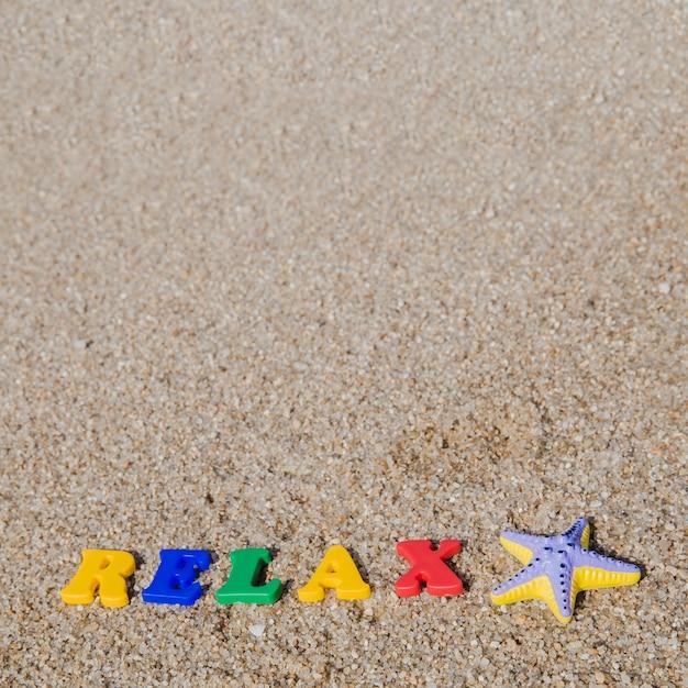 Plastic woorden op zand Gratis Foto