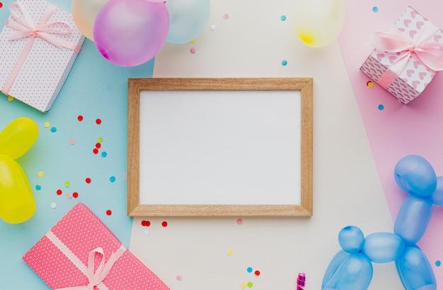 Plat feestdecoratie met ballonnen en confetti Gratis Foto