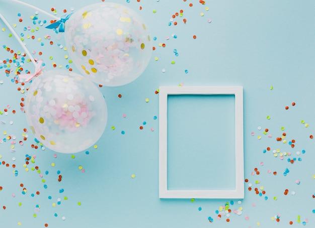 Plat feestdecoratie met ballonnen en frame Gratis Foto
